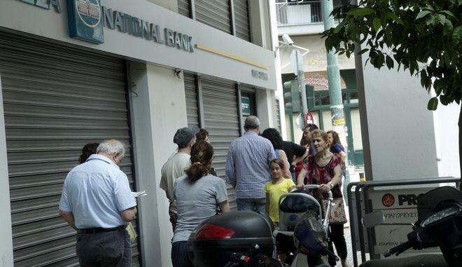 Ουρές έξω από την Εθνική Τράπεζα