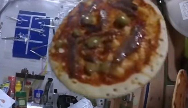Διαστημική πίτσα: Αστροναύτες μαγειρεύουν με μηδενική βαρύτητα