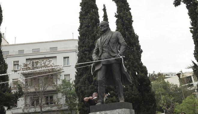 Το άγαλμα του Τρούμαν κατά την διαδήλωση οπότε και επιχειρήθηκε η αποκαθήλωσή του