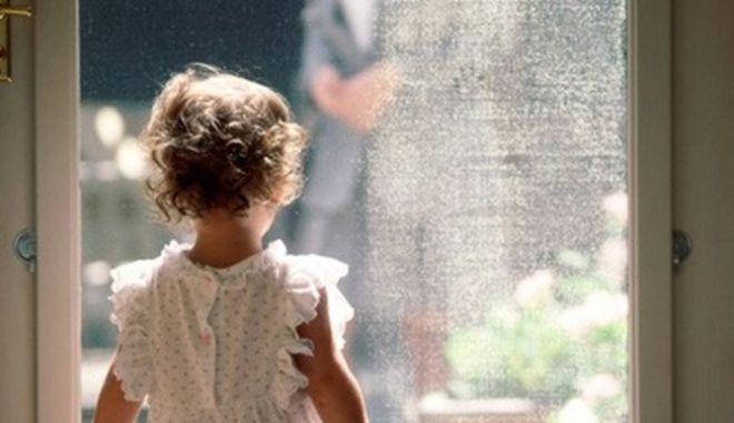 Οι Έλληνες εγκαταλείπουν τα παιδιά τους