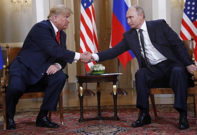Η χειραψία Πούτιν και Τραμπ κατά την συνάντησή τους στο Προεδρικό Παλάτι της Φινλανδίας