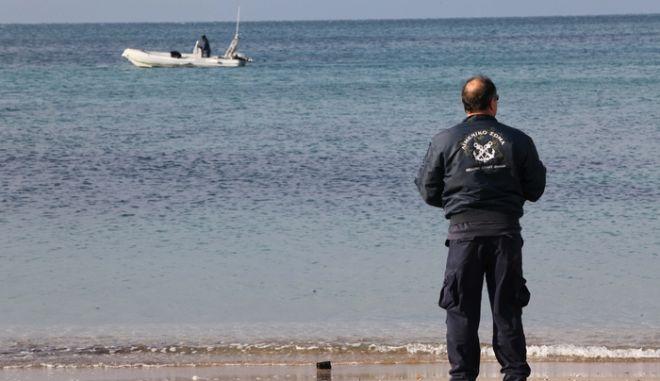 Σε εξέλιξη είναι επιχείρηση για τον εντοπισμό νεαρού Ρουμάνου στη θαλάσσια περιοχή του Αλίμου. Ο αναζητούμενος μαζί με δύο άλλους ανήλικους Αλβανούς έπεσαν στη θάλασσα κατά τη διάρκεια καταδίωξης τα ξημερώματα προκειμένου να αποφύγουν τη σύλληψη.Όλα άρχισαν λίγο μετά τις 02:00, όταν -σύμφωνα με την αστυνομία- οι νεαροί επιτέθηκαν στο φύλακα της πλαζ Αλίμου. Οι νεαροί έγιναν αντιληπτοί από αστυνομικούς του Τμήματος Ασφάλειας Αλίμου και ακολούθησε καταδίωξη στην περιοχή μεταξύ των παραλιακών κέντρων διασκέδασης «ΑΜΜΟΣ» και «ΜΠΛΕ», κατά την οποία οι νεαροί έπεσαν στη θάλασσα για να αποφύγουν τη σύλληψη.(EUROKINISSI/ ΓΙΑΝΝΗΣ ΠΑΝΑΓΟΠΟΥΛΟΣ)
