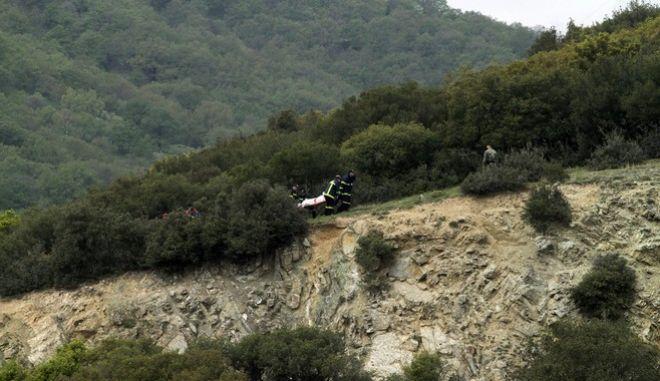 Συντριβή στρατιωτικού ελικοπτέρου τύπου Χιούι στην περιοχή του Σαραντάπορου Ελασσόνας, την Τετάρτη 19 Απριλίου 2017. Λίγη ώρα αφού εντοπίστηκαν τα συντρίμμια του κοντά στην εθνική οδό Κοζάνης β Λάρισας, το ΓΕΕΘΑ ανακοίνωσε ότι ανασύρθηκαν νεκροί οι τέσσερις από τους πέντε επιβαίνοντες, ενώ τραυματισμένη είναι μια γυναίκα αρχιλοχίας. Νεκροί είναι ο υποστράτηγος Ιωάννης Τζανιδάκης, ο Συνταγματάρχης Τεθωρακισμένων Θωμάς Αδάμου, ο Ταγματάρχης Αεροπορίας Στρατού Δημοσθένης Γούλας και ο Υπολοχαγός Αεροπορίας Στρατού Κωνσταντίνος Χατζής. Τραυματισμένη αλλά εκτός κινδύνου εντοπίστηκε η αρχιλοχίας Αεροπορίας Στρατού Βασιλική Πλεξίδα. Μεταφέρεται στο 424 Γενικό Στρατιωτικό Νοσοκομείο Θεσσαλονίκης. (EUROKINISSI/ΜΙΧΑΛΗΣ ΜΠΑΤΖΙΟΛΑΣ)