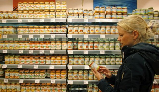 "Eine Kundin waehlt am Donnerstag, 9. August 2007, in einem ""basic""-Bio-Markt in Muenchen Glaeschen mit Baby-Nahrung aus. (AP Photo/Christof Stache)  --- A woman looks at a jar with baby food in a ""basic"" store for organic products in Munich, southern Germany, on Thursday, Aug. 9, 2007. (AP Photo/Christof Stache)"