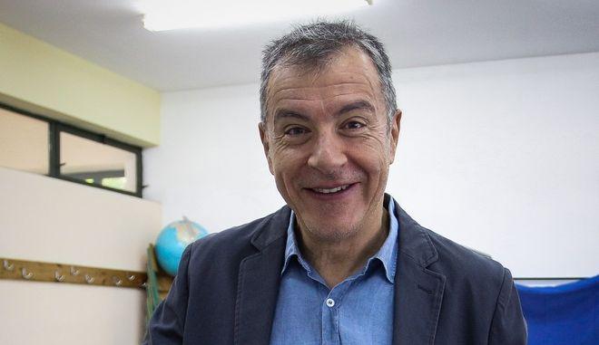 Ο επικεφαλής του Ποταμιού, Σταύρου Θεοδωράκη, κατά την άσκηση του εκλογικού του δικαιώματος