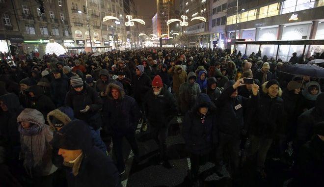 Πολίτες διαδηλώνουν κατά του προέδρου Αλεξάνταρ Βούτσιτς στο Βελιγράδι