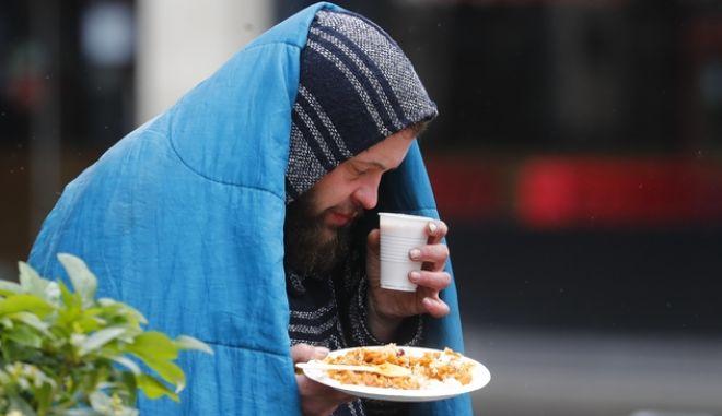 Άνδρωπος με ένα πιάτο φαγητό στο Λονδίνο