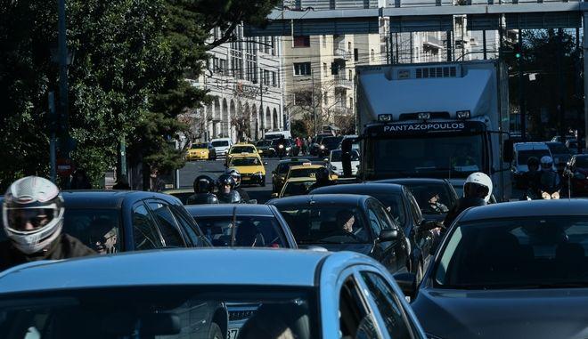 Κίνηση σε δρόμο στο κέντρο της Αθήνας