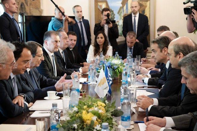 Διήμερη επίσημη επίσκεψη πραγματοποιεί από σήμερα στην Κύπρο ο Πρωθυπουργός Κυριάκος Μητσοτάκης. Φωτογραφίες από την υποδοχή στο Προεδρικό Μέγαρο και την συνάντηση του με τον Κύπριο Πρόεδρο Νίκο Αναστασιάδη