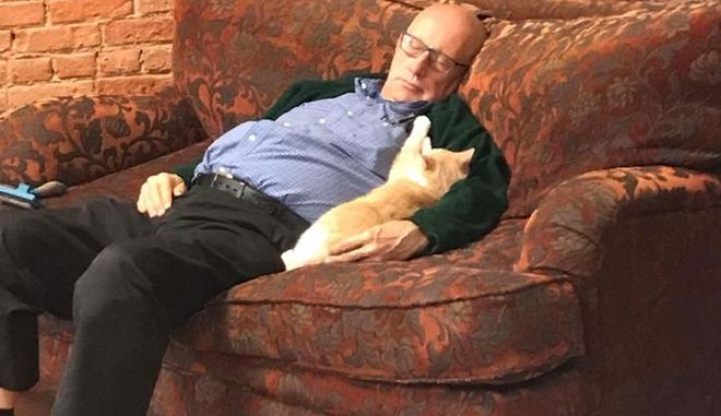 Συνταξιούχος εθελοντής σε καταφύγιο ζώων παίρνει κάθε μέρα τη μεσημεριανή του σιέστα αγκαλιά με γάτες