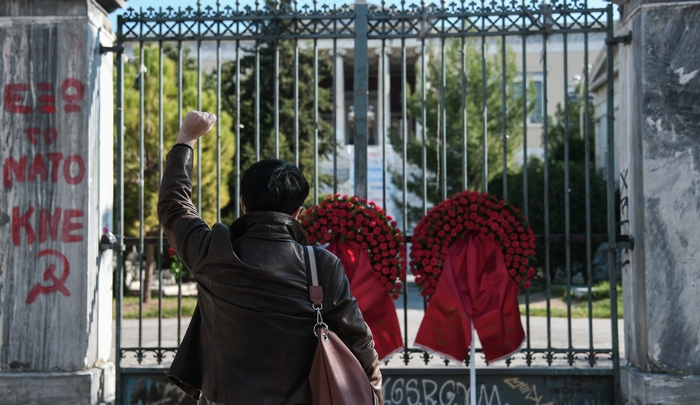 Πύλη του Πολυτεχνείου με στεφάνια προς τιμήν των αγωνιστών κατά της Χούντας