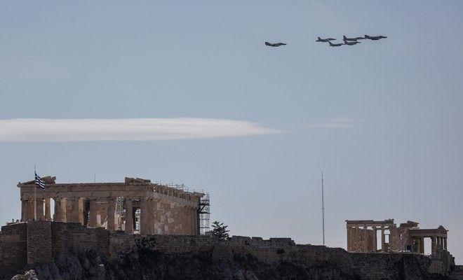 Μαχητικά αεροσκάφη πάνω από τον Ιερό Βράχο της Ακρόπολης, στο πλαίσιο της άσκησης