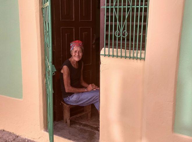 Μία όμορφη Κουβανή γιαγιά ρεμβάζει στην είσοδο του σπιτιού της, στην Παλιά Αβάνα