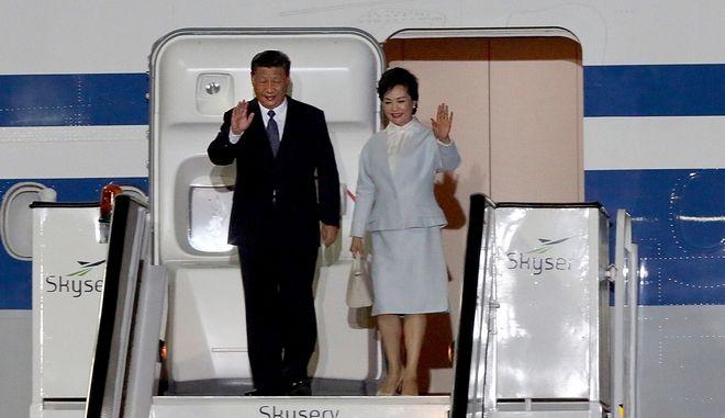 Ο Πρόεδρος της Λαϊκής Δημοκρατίας της Κίνας, Σι Τζινπίνγκ με τη σύζυγό του κατεβαίνουν από το αεροπλάνο κατά την άφιξή τους στην Αθήνα