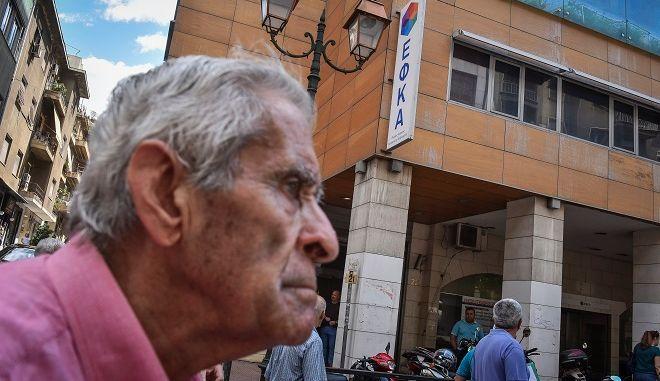 Συνταξιούχος στην πλατεία Εθνικής Αντίστασης