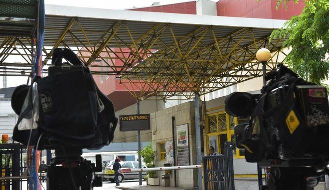 """Στιγμότυπο από το νοσοκομείο """"Ευαγγελισμός"""", το Σάββατο 27 Μαΐου 2017, όπου νοσηλεύεται ο πρώην διοικητής της Τράπεζας της Ελλάδας Λουκάς Παπαδήμος μετά την τρομοκρατική επίθεση που δέχτηκε με παγιδευμένη επιστολή. (EUROKINISSI/ΤΑΤΙΑΝΑ ΜΠΟΛΑΡΗ)"""