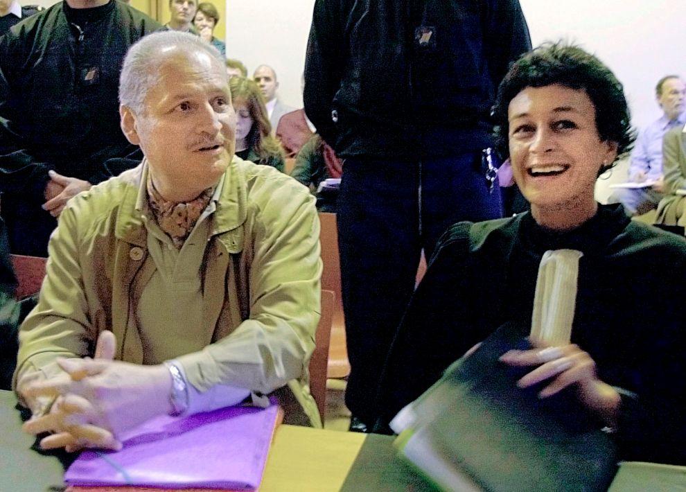 Ο Κάρλος και η δικηγόρος και σύζυγός του, Ιζαμπέλ Κουτόν Περ σε δικαστική αίθουσα στο Παρίσι (28/11/2000).