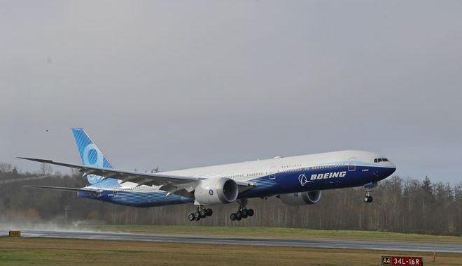 Το Boeing 777X απογειώνεται από το αεροδρόμιο του Πέιν στην πολιτεία της Ουάσινγκτον για την πρώτη δοκιμαστική πτήση του