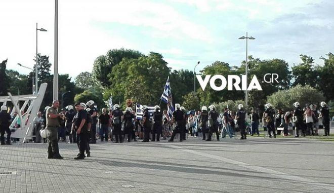 Συγκέντρωση με συνθήματα κατά Μπουτάρη και ΣΥΡΙΖΑ στο Δημαρχείο Θεσσαλονίκης