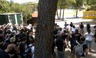 """Μαλακάσα: Τρελοί οπαδοί των Iron Maiden κάνουν """"ντου"""" για μια θέση στο κάγκελο"""