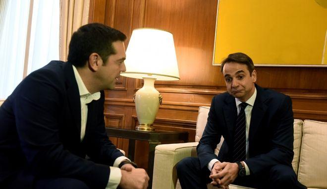 Στιγμιότυπο από την συνάντηση του Πρωθυπουργου Αλέξη Τσίπρα με τον πρόεδρο τησ Νέας Δημοκρατία Κυριάκο Μητσοτάκη,προκειμένου να τον ενημερώσει για τις επαφές του στο Νταβός, Σάββατο 27 Ιανουαρίου 2018 (EUROKINISSI/ΤΑΤΙΑΝΑ ΜΠΟΛΑΡΗ)