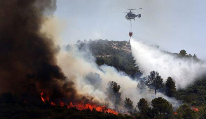 Ελικόπτερο επιχειρεί σε φωτιά στην Ισπανία