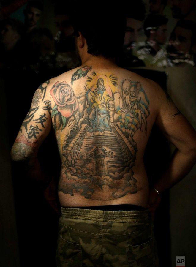 Η γεμάτη τατουάζ πλάτη του Σαάντ Χουντεΐρ