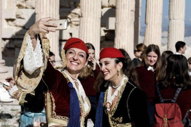 Γυναίκες με παραδοσιακές στολές στον Ιερό Βράχο