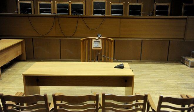 """Δίκη """"Χρυσής Αυγής"""" την Τρίτη 7 Φεβρουαρίου 2017, στην αίθουσα του Εφετείου Αθηνών. Στο δικαστήριο κατέθεσε ο αστυνομικός Δημήτρης Γώγουλος για την επίθεση στο ελεύθερο κοινωνικό χώρο """"Συνεργείο"""" στην Ηλιούπολη που πραγματοποιήθηκε στις 10 Ιουλίου 2013. Η κατάθεση πραγματοποιείται για την κατηγορία της διεύθυνσης της εγκληματικής οργάνωσης. (EUROKINISSI/ΤΑΤΙΑΝΑ ΜΠΟΛΑΡΗ)"""