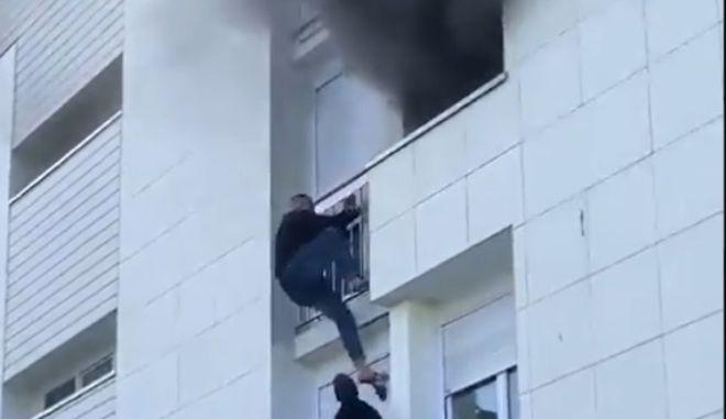 """Γαλλία: Ανθρώπινη """"σκάλα"""" σχηματίστηκε για να σωθεί βρέφος από πυρκαγιά"""