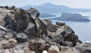 Κατασκευές της Πρώιμης Εποχής του Χαλκού στον μυχό των ηφαιστειακών βράχων