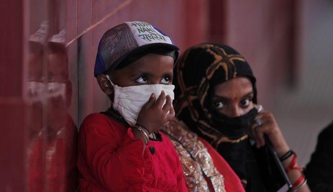 Άνθρωποι στην Ινδία με μάσκα