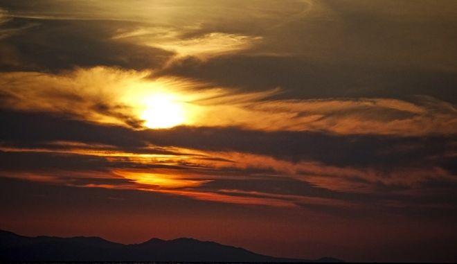 Δύση ηλίου σε παραλία στο Καβούρι Αττικής το Σάββατο 17 Φεβρουαρίου 2018. (EUROKINISSI/ΓΙΩΡΓΟΣ ΚΟΝΤΑΡΙΝΗΣ)