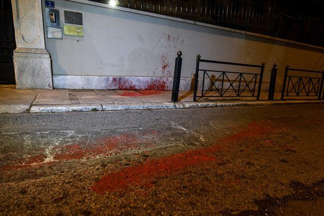 Συνολικά 14 προσαγωγές έχουν γίνει από την αστυνομία μετά την επίθεση με μπογιές στην ιταλική πρεσβεία