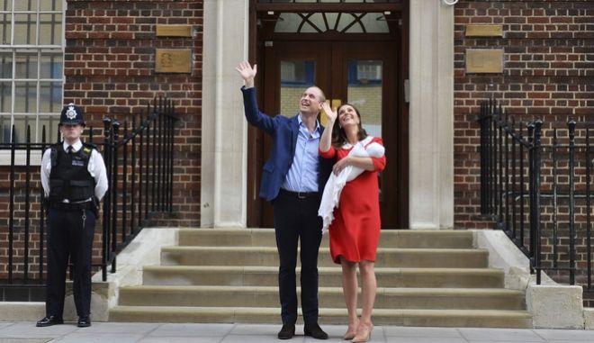 Το ζεύγος Γουίλιαμ και Κέιτ κρατούν στην αγκαλιά τους το νεογέννητο γιο τους