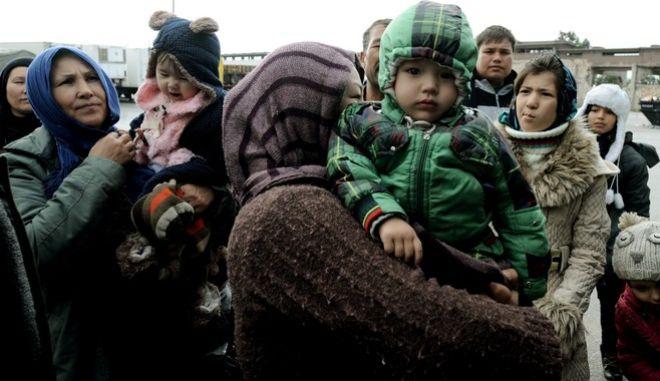 Πρόσφυγες από την Λέσβο αποβιβάζονται από το οχηματαγωγό Ελ.Βενιζέλος στο λιμάνι του Πειραιά.Το Ελ.Βενιζέλος ήταν το τελευταίο πλοίο για σήμερα και μετέφερε περίπου 2.000 πρόσφυγες κυρίως από το Αφγανιστάν,την Συρία και το Ιράκ.Οι περισσότεροι επιβιβάστηκαν απευθείας σε πούλμαν,με κατέυθυνση την Ειδομένη,προκειμένου να περάσουν τα σύνορα Ελλάδας-Σκοπίων με προορισμό την κεντρική Ευρώπη.Σήμερα τρία πλοία που έφτασαν από το πρωί στο λιμάνι του Πειραιά,επιβίβασαν συνολικά 4.500 περίπου μετανάστες,Πέμπτη 10 Δεκεμβρίου 2015 (EUROKINISSI/ΤΑΤΙΑΝΑ ΜΠΟΛΑΡΗ)