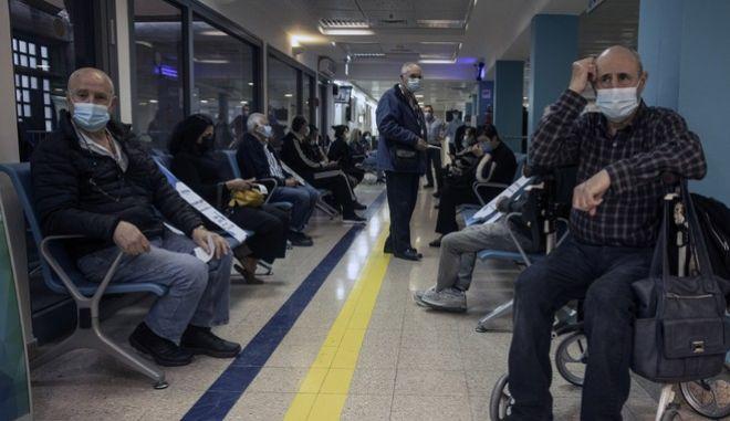 Άνθρωποι περιμένουν να εμβολιαστούν στο Ισραήλ
