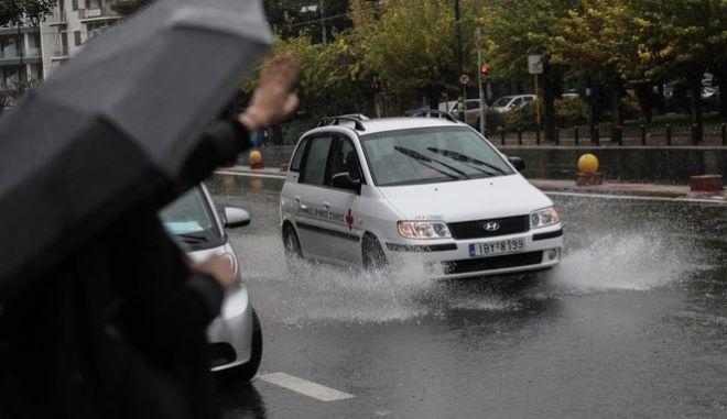 """Τα πρώτα """"σημάδια"""" της κακοκαιρίας Μήδεια (βροχή στην Αθήνα, φωτό αρχείου)"""