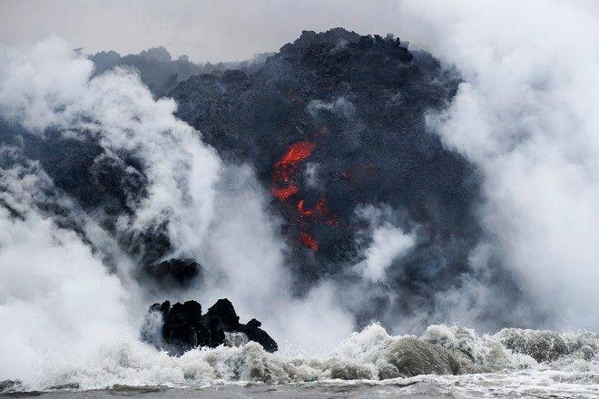 Ηφαίστειο Κιλαουέα. Η θάλασσα εξατμίζεται με θόρυβο, εκρήξεις και φλόγες, προκαλούν δέος και θυμίζουν πόσο τρομακτική μπορεί να γίνει η δύναμη της Φύσης.