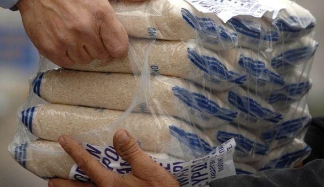 Ολοκληρώνεται την Δευτέρα 28 Νοεμβρίου 2011 στους δήμους Καλαμπάκας και Φαρκαδόνας, η διανομή ρυζιού σε ευπαθείς κοινωνικές ομάδες από την Περιφερειακή Ενότητα Τρικάλων.Η διανομή έγινε για κατοίκους της πόλης των Τρικάλων ενώ συνολικά θα διανεμηθούν σε ολόκληρο το νομό 170 τόννοι ρυζιού. ,Παρασκευή 25 Νοεμβρίου 2011  EUROKINISSI/ΘΑΝΑΣΗΣ ΚΑΛΛΙΑΡΑΣ