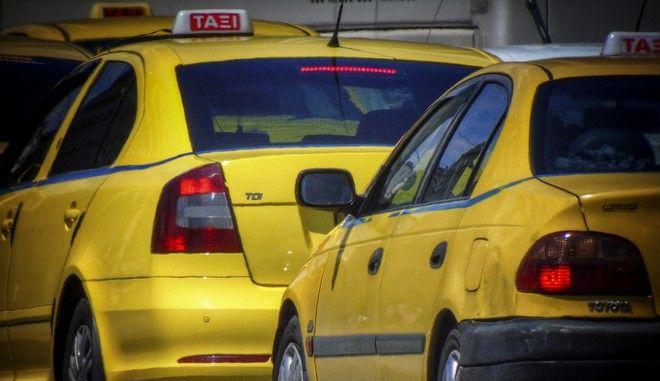 Ταξί σε δρόμο της Αθήνας