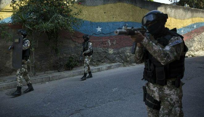 Άνδρες των ειδικών δυνάμεων ασφαλείας της Βενεζουέλας FAES στο Καράκας