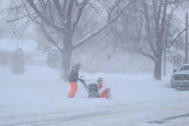 Άνδρας προσπαθεί να απομακρύνει το χιόνι στο Buffalo, N.Y.