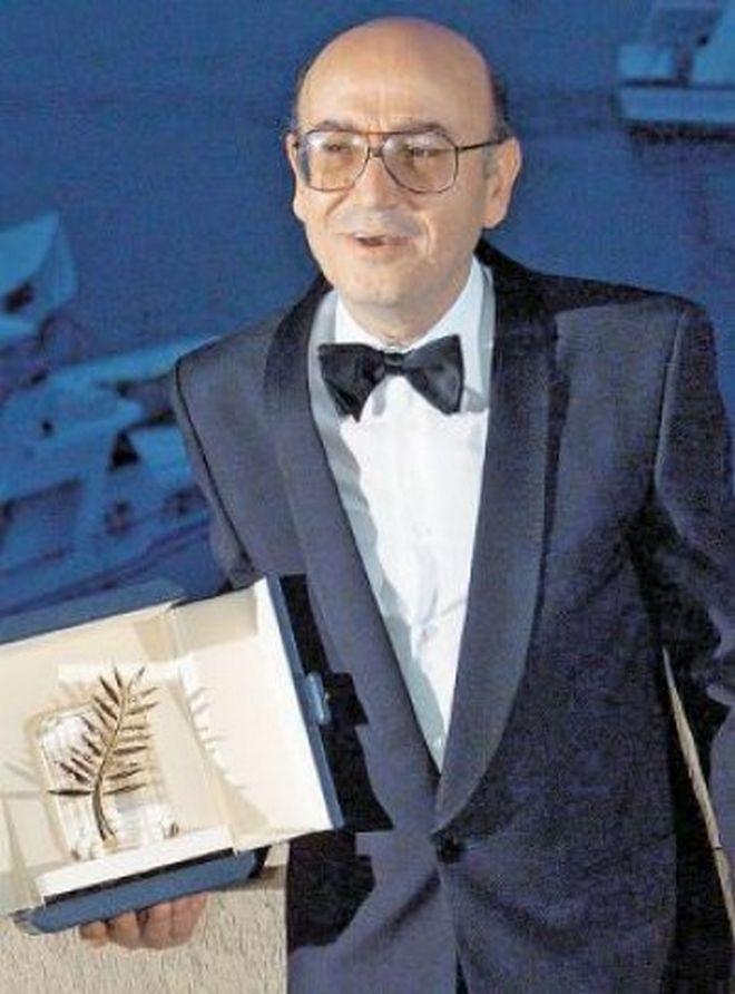 Ο Θ. Αγγελόπουλος παραλαμβάνει τον Χρυσό Φοίνικα