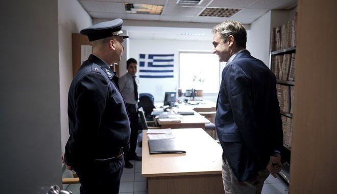 """Επίσκεψη Κ. Μητσοτάκη στο Α.Τ. Ακροπόλεως: """"Καμία ανοχή στη βία"""""""
