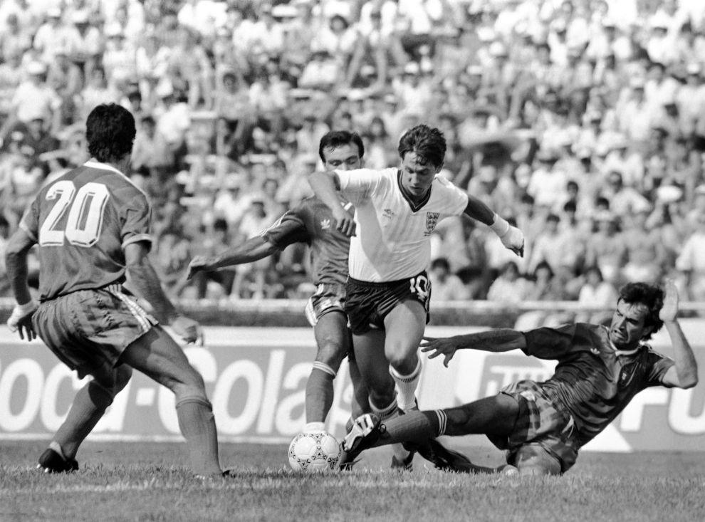 Ο Γκάρι Λίνεκερ ανάμεσα σε τρεις Πορτογάλους στην ήττα της Αγγλίας από την Πορτογαλία με 1-0, στο πρώτο ματς του ομίλου στο Μουντιάλ του 1986 (3/6/1986).