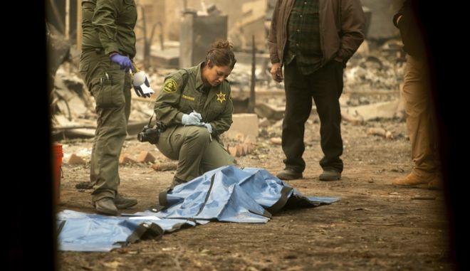 Βοηθοί σερίφη εντοπίζουν πτώματα θυμάτων της φωτιάς Camp Fire