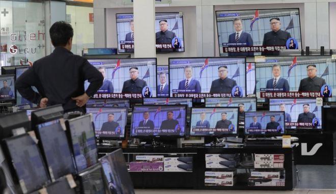 Νοτιοκορεάτης παρακολουθεί την είδηση της συνάντηση του Κιμ Γιονγκ ουν με τον Μουν τζε-Ιν