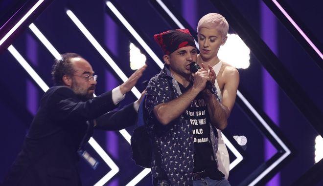 Άνδρας ορμά στη σκηνή της Eurovision στον μεγάλο τελικό και κλέβει το μικρόφωνο από τη Βρετανή τραγουδίστρια