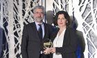 Η κ. Κατερίνα Περίσση, Προϊσταμένη Περιβαλλοντικής Διαχείρισης Ομίλου ΟΤΕ παραλαμβάνει το βραβείο Energy Conservation από τον Δρ. Νίκο Λιάπη, Διευθυντή Εκμετάλλευσης ΕΛΙΝΟΙΛ.